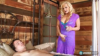 Wrinkle granny Layla Rose wants his young cock